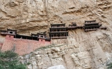Geniální stavba: Chrám se 40 místnostmi, který visí na skále. Už 1500 let
