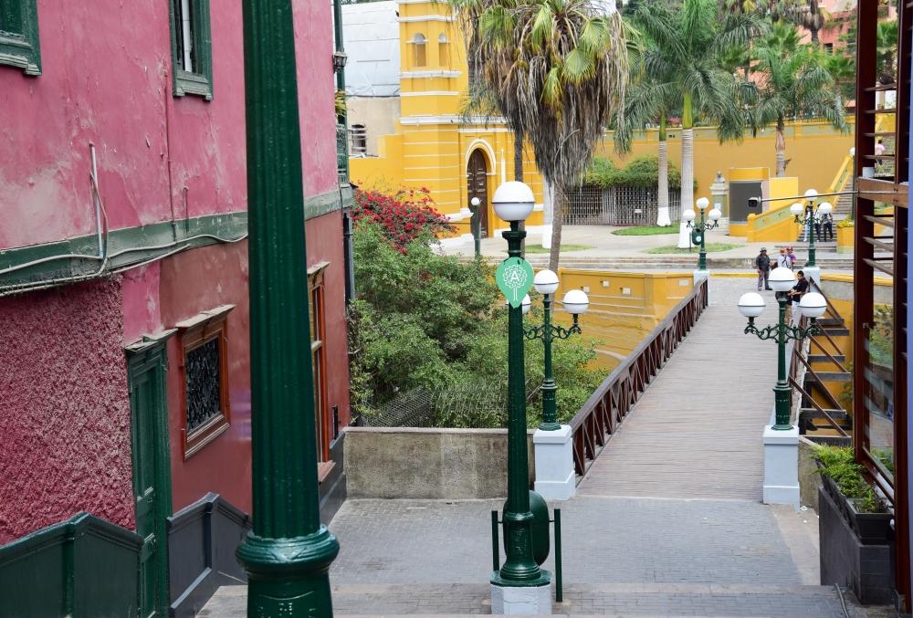 Ulice vedoucí k mostu Vzdechů v Limě.