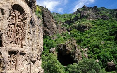 Arménie | skalní reliéfy kláštera Geghard | 363_klaster_Gegard_Khachkars