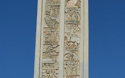 Obelisk se jmény kmenů | Madagaskar - Antsirabe 4