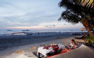 ckc-sand_sofa_barefoot_dining