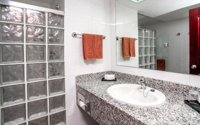 NAI_15_035 - Double room, bathroom.