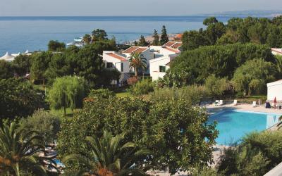 pohled na hotel s bazénem
