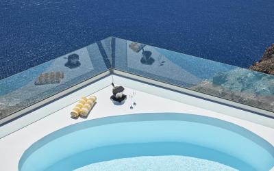 Chromata infinity pool suite