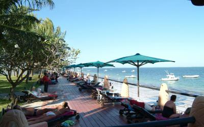 Terasa s lehátky a pláž | Bamburi Beach Hotel