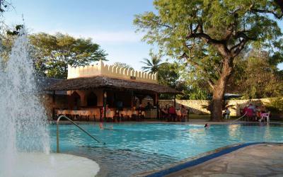 Zadní bazén a snack bar | Bamburi Beach Hotel