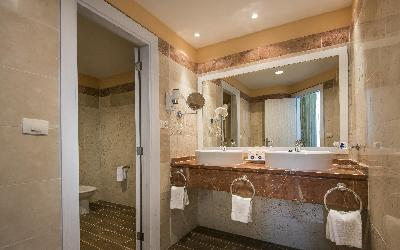 Select Suite Bathroom