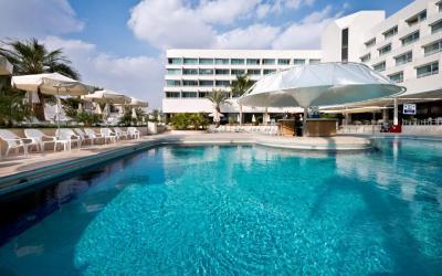 Isrotel Lagoona - venkovní bazén a bar