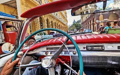 Vintage Car Tourist Tour Havana AdobeStock_101817326