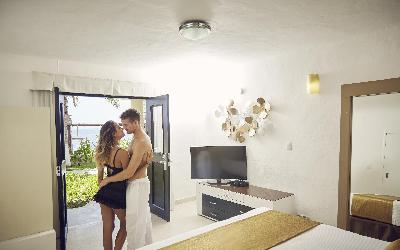 desire-riviera-deluxe-room-romantic-couple