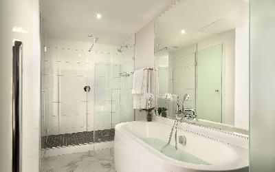 comm_king_suite_3_bathroom