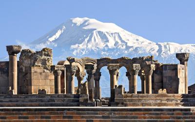 Starověké města Zvartnots, v pozadí Ararat   Arménie